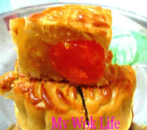 Lotus paste mooncake